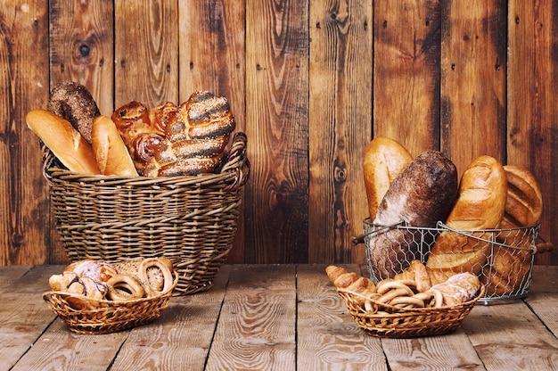 Pão diferente com orelhas na cesta em fundo de madeira.