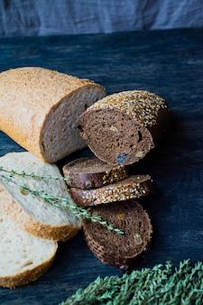 Pão diverso em uma placa de madeira