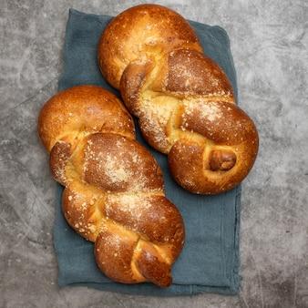 Pão do chalá de shabbat shalom no cinza.