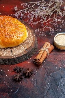Pão doce assado de frente, como um pão fresco no fundo escuro