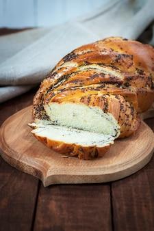 Pão doce com sementes de papoula em uma tábua de cozinha