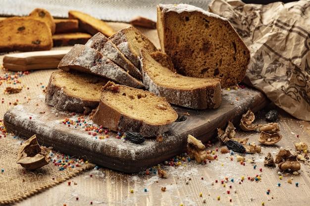 Pão doce delicioso com fundo de madeira