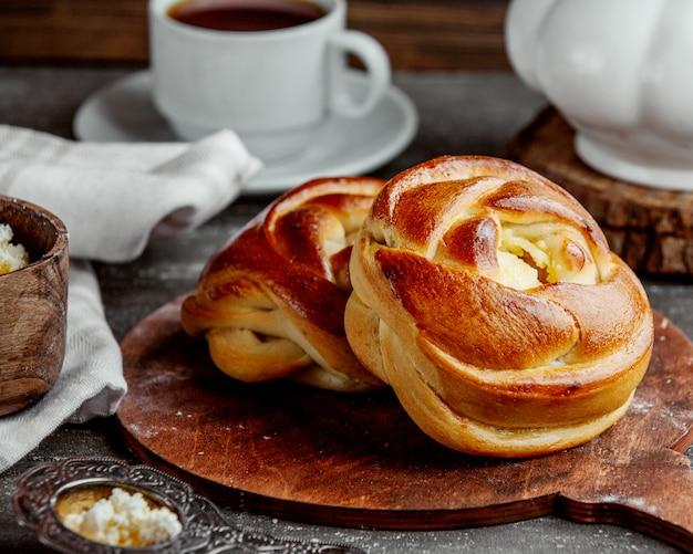 Pão doce em forma de rosa, servido na tábua de madeira