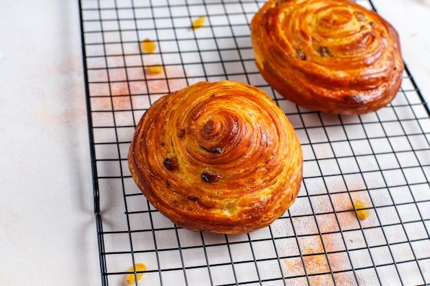 Pão doce redondo francês com passas.