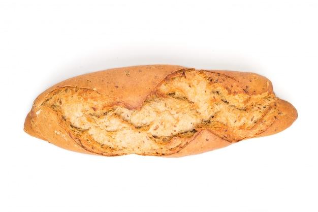 Pão dourado caseiro com sementes diferentes, isolado no branco