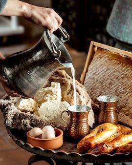 Pão e bagels com ovos e leite