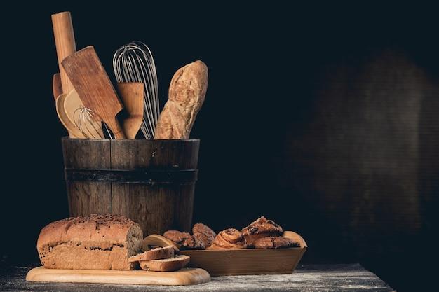 Pão e biscoitos com chocolates em uma mesa de concreto