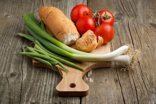 Pão e legumes frescos