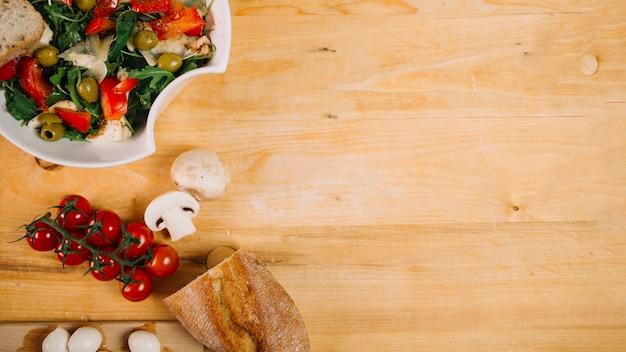 Pão e legumes perto da salada