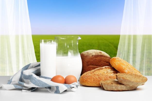 Pão e leite em cima da mesa