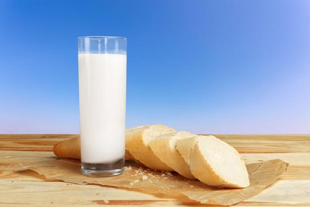 Pão e leite na mesa