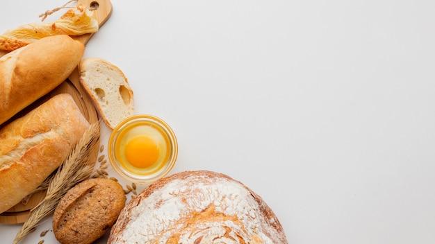 Pão e ovo com variedade de bolos