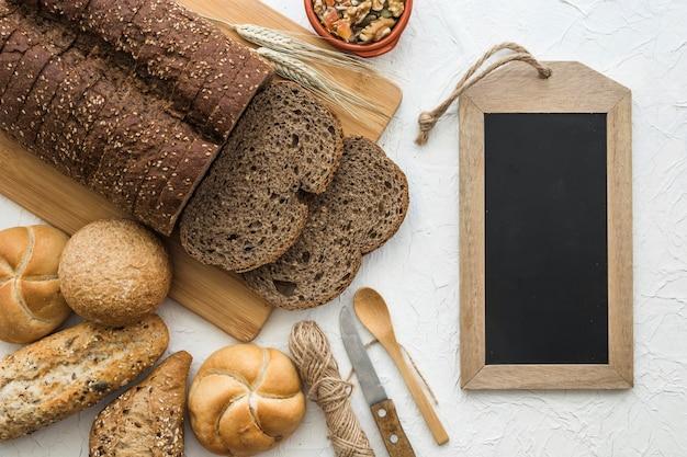 Pão e pão perto de lousa