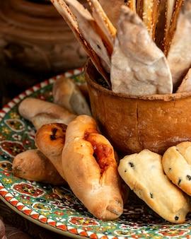Pão e pastelaria pães pão e palitos no prato