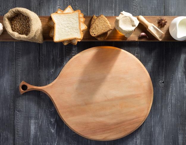 Pão e produtos de panificação em fundo de madeira