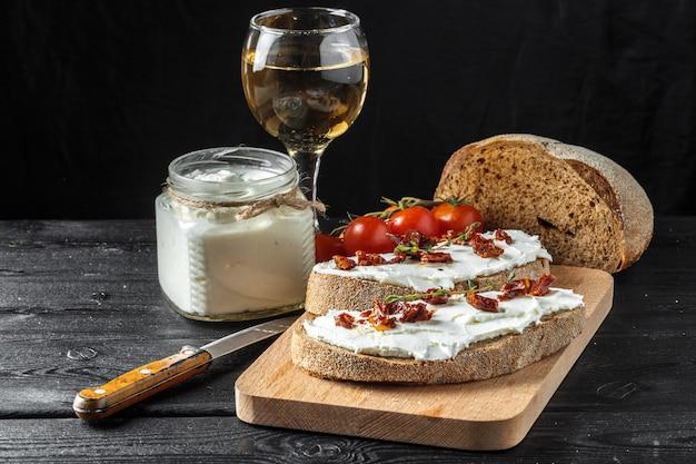 Pão e queijo na mesa