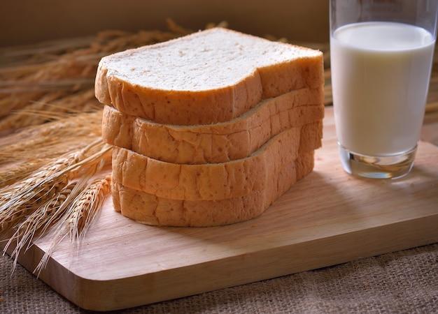 Pão e trigo na madeira