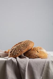 Pão em fundo de madeira, closeup de comida