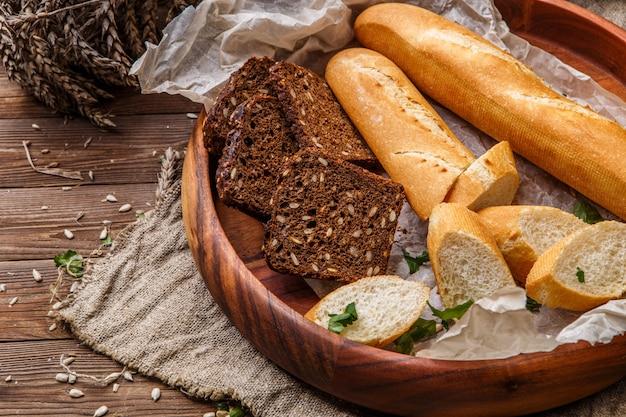 Pão em pires de madeira