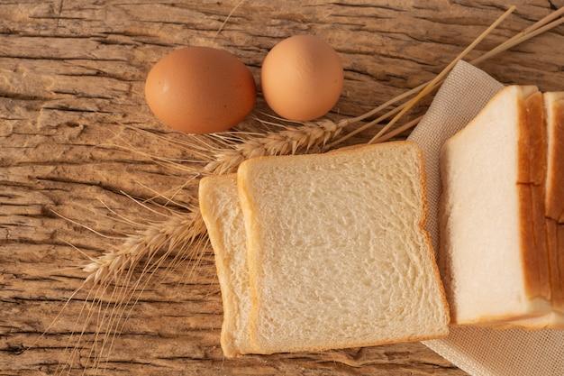Pão em uma mesa de madeira em um assoalho de madeira velho.