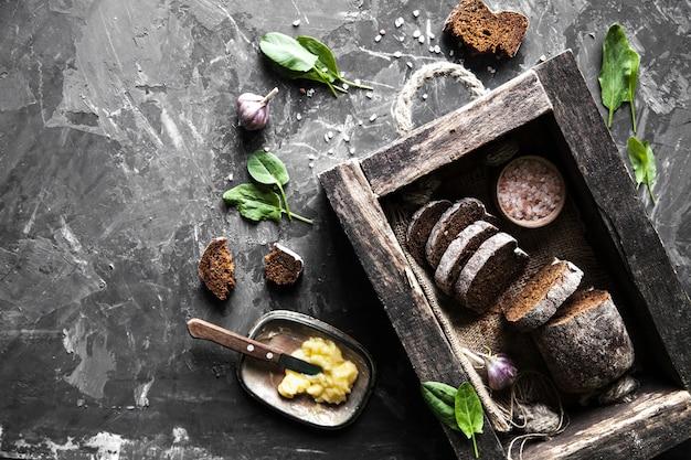 Pão em uma velha caixa de madeira já cortada em pedaços. comida