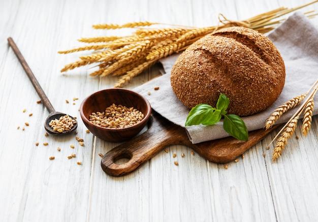 Pão em uma velha mesa de madeira branca