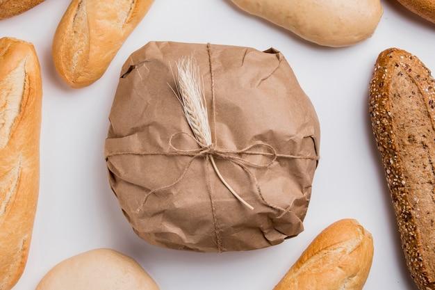 Pão enrolado na horizontal com baguetes