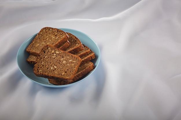 Pão escuro com grãos. produto alimentar ecológico.