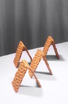 Pão estaladiço em uma mesa branca, conceito de minimalismo criativo isométrico