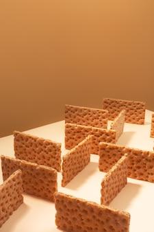 Pão estaladiço sobre uma superfície bege, conceito de minimalismo criativo isométrico