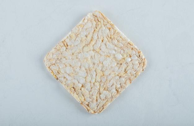 Pão estaladiço único e arejado em branco.