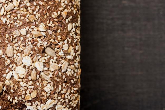 Pão extremo close-up com sementes e espaço para texto