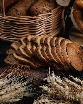 Pão fatiado coberto com gergelim