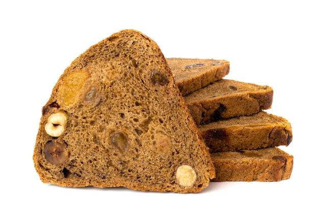 Pão fatiado com frutas secas em branco, close-up. isolado.