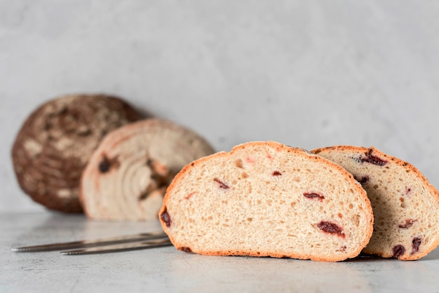 Pão fatiado com frutas