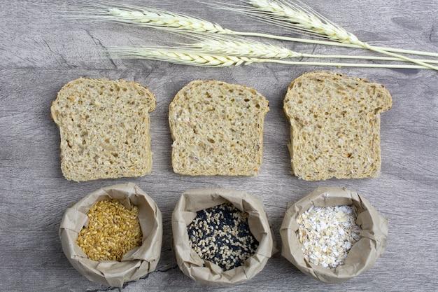 Pão fatiado com ingredientes