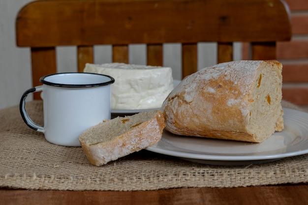Pão fatiado de damasco e café