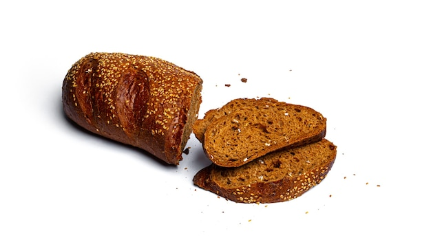 Pão fatiado de farinha de centeio com cereais em um fundo branco. foto de alta qualidade