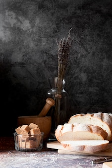 Pão fatiado de frente com cubos de açúcar mascavo