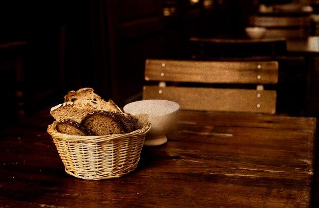 Pão fatiado em uma cesta e açúcar branco