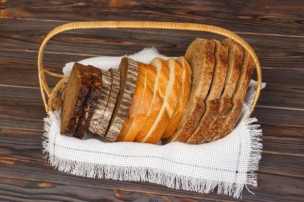 Pão fatiado fresco e pão na cesta