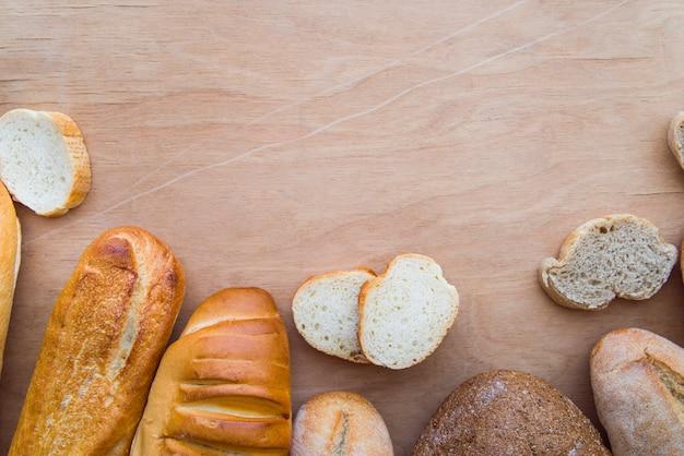 Pão fatiado na mesa com espaço para texto