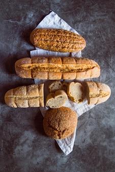 Pão fatiado na mesa vista superior
