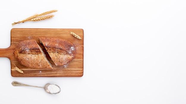 Pão fatiado na placa de madeira e copie o espaço