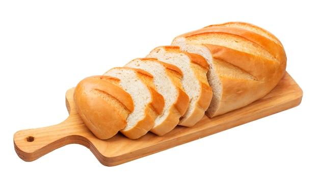 Pão fatiado na tábua de madeira, isolado no branco