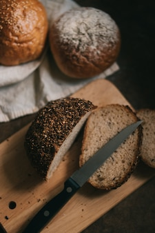 Pão fatiado na tábua de madeira