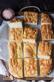 Pão focaccia italiano tradicional com sal e azeite