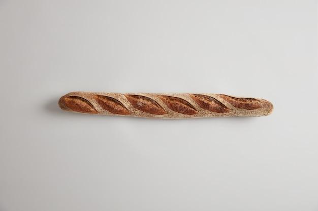 Pão francês típico. baguete longa e apetitosa com aroma perfeito, crosta crocante, recém assada na padaria, normalmente feita com massa magra básica, pode ser fatiada ou adicionada aos seus pratos. conceito de padaria