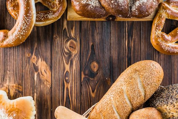 Pão fresco assado diferente no fundo de madeira