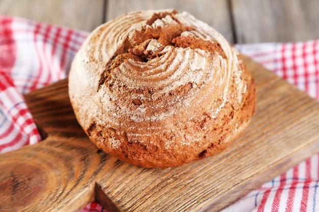 Pão fresco assado, em superfície de madeira